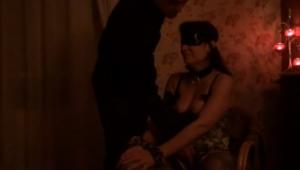 Il offre sa femme les yeux bandés à un jeune inconnu - Vidéo candaulisme amateur