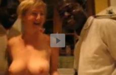 Femme mature offerte à 2 blacks - Vidéo candaulisme amateur