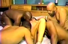 Plusieurs blacks remplissent la chatte de sa femme - Vidéo candaulisme amateur