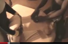 Une blonde offerte à 3 blacks - Vidéo candaulisme amateur
