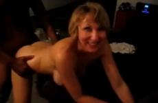 Une femme mature se fait prendre en levrette devant son mari - Vidéo candaulisme amateur