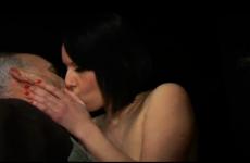 Un vieux pervers offre sa jeune femme à plusieurs hommes dans un club libertin - Cuckold vidéo