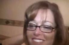 Une femme mature à lunette est baisée par une bite énorme - Cuckold vidéo