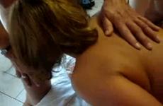 Le mari offre son épouse à plusieurs hommes dans un hôtel - Cuckold vidéo