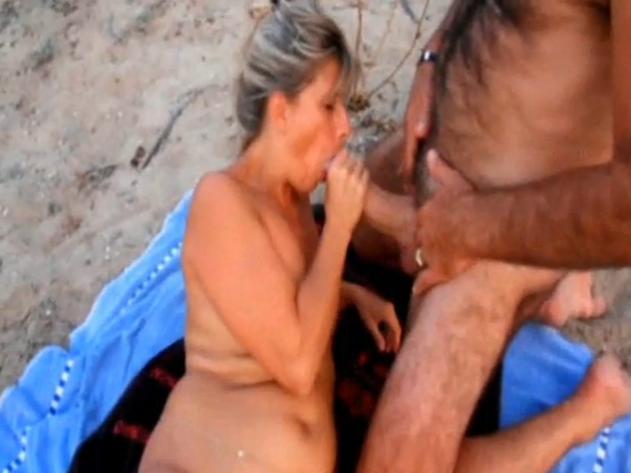 nue sur la plage elle suce une bite enorme