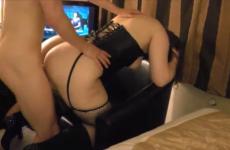 L'amant donne des coups de cravache à une femme soumise - Cuckold video