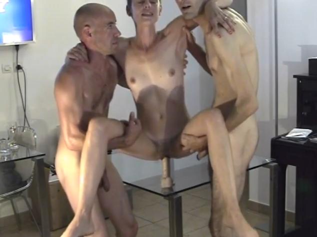 Deux jeune dominas dressent un homme avec un gode ceinture