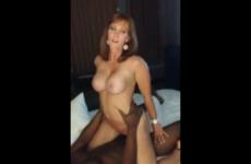 Une femme mature chevauche langoureusement son amant - Cuckold video