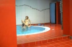 Elle se fait plaisir avec un autre dans la piscine - Candauliste