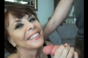 Une femme mature reçoit une belle éjac - Cuckold vidéo