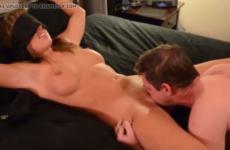 Attachée au lit , son amant lui fait un cunni