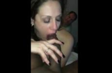 L'amant filme une femme qui suce sa grosse queue