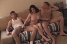 Il partage sa femme aux gros seins avec deux potes