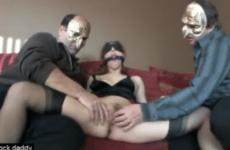 Il offre son épouse à deux gros vieux