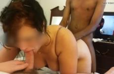Sa grosse femme le suce pendant qu'elle est baisée en levrette par un black
