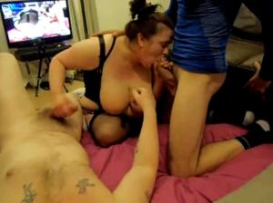 Sa grosse salope de femme est baisée par deux inconnus