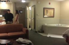 Elle se tape le livreur de pizza pendant que son mari attend dans le placard