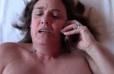 Elle appelle son mari pendant qu'elle se fait baiser par son amant