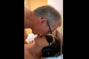 Sa jeune femme est baisée par un vieux