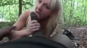 Une MILF blonde est baisée dans la forêt