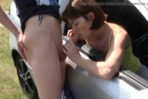 Sa femme suce un inconnu à la vitre de sa voiture