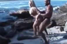 Une blonde à grosse poitrine est défoncée sur la plage