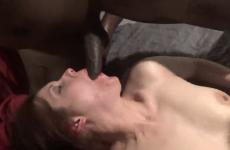 Elle avale du sperme et se fait remplir la chatte