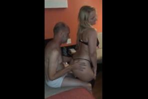 La femme touche, le mari cocu regarde