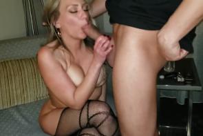 Le mari demande à l'amant d'enlever sa capote pour baiser sa femme